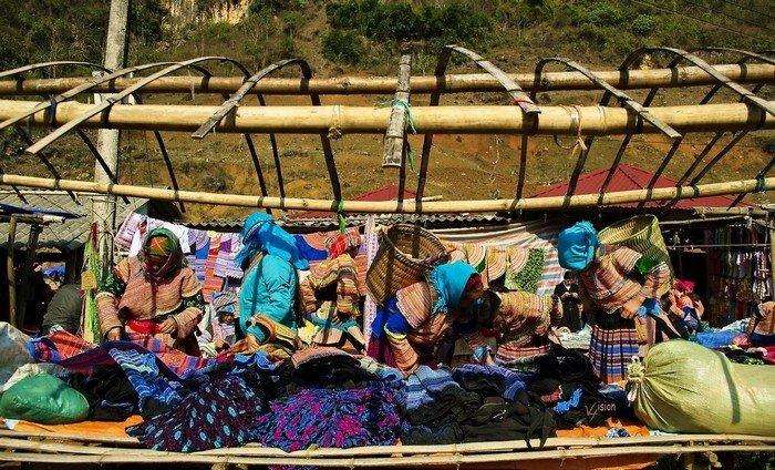 Chợ được phân chia thành nhiều khu vực khác nhau từ nơi bán quần áo