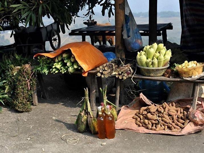 Chợ Thung Khe bán nhiều rất nhiều thực phẩm khác nhau
