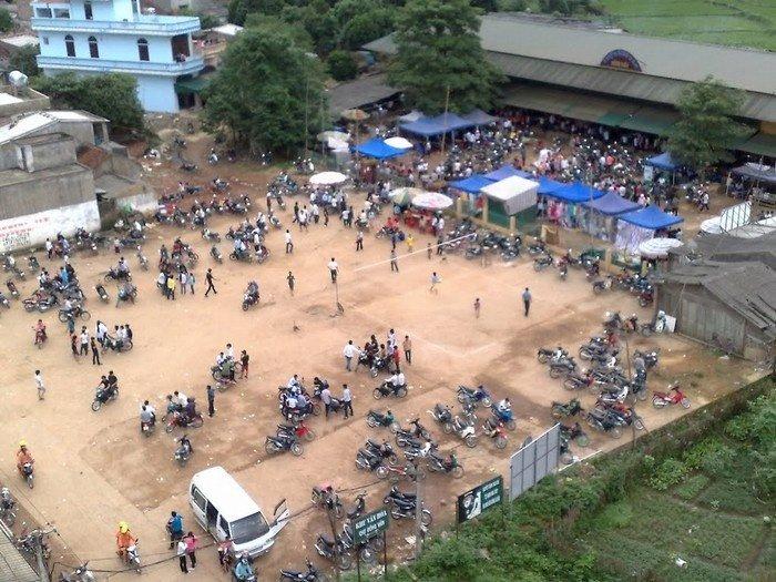 Mọi người từ các vùng lân cận tụ họp tại chợ tình Đồng Văn từ sớm