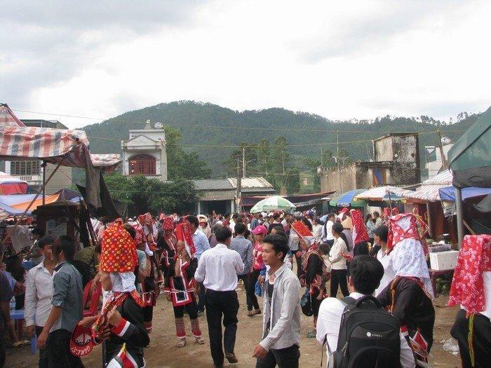 Du khách du lịch Quảng Ninh và người dân địa phương cùng trẩy hội nhộn nhịp trong phiên chợ tình