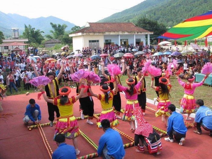 Du khách du lịch Quảng Ninh thưởng thức những tiết mục đặc sắc trong phiên chợ tình