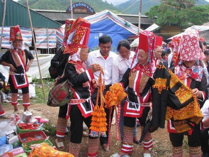 Du khách du lịch Quảng Ninh hẳn sẽ say mê những món quà lưu niệm thủ công trong chợ tình Đồng Văn đấy!