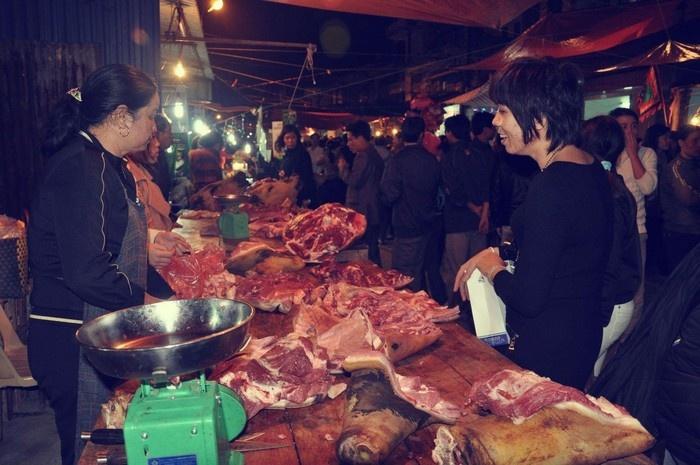 Sạp thịt bê luôn thu hút dân địa phương đến mua