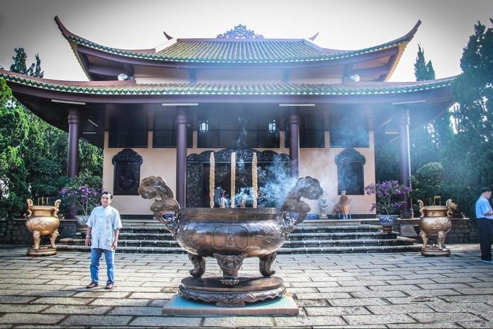 Bỏ lại mọi âu lo nơi bậc tam cấp bước lên chùa Đà Lạt