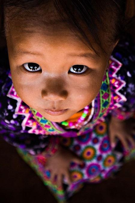 Đôi mắt trong veo của một bé gái Hmông.