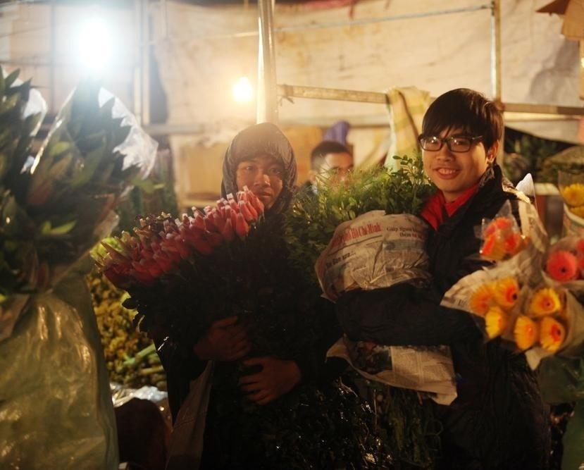 Cùng bạn bè đi chợ mua hoa