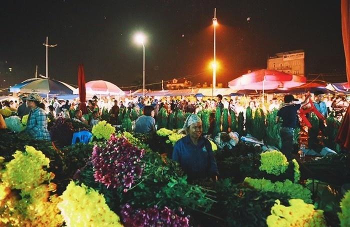 2h sáng là lúc phiên chợ hoa đêm bắt đầu hoạt động
