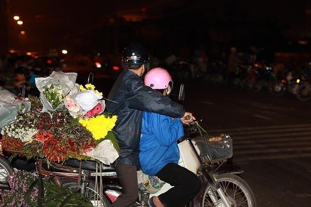 Chở hoa về trong đêm