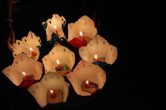 Những chiếc lồng đèn nhỏ được bày bán cho du khách