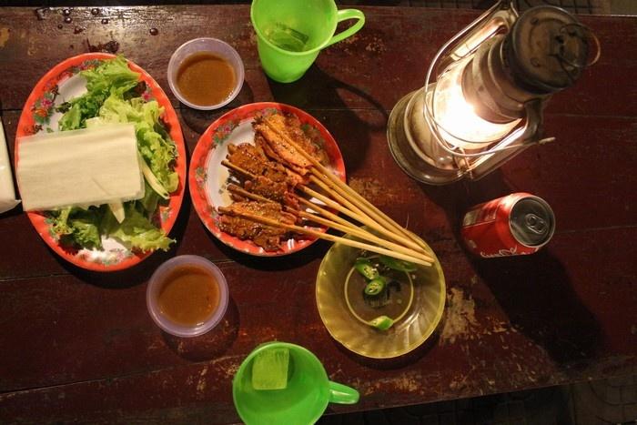 Bữa ăn đơn giản bên chiếc đèn dầu