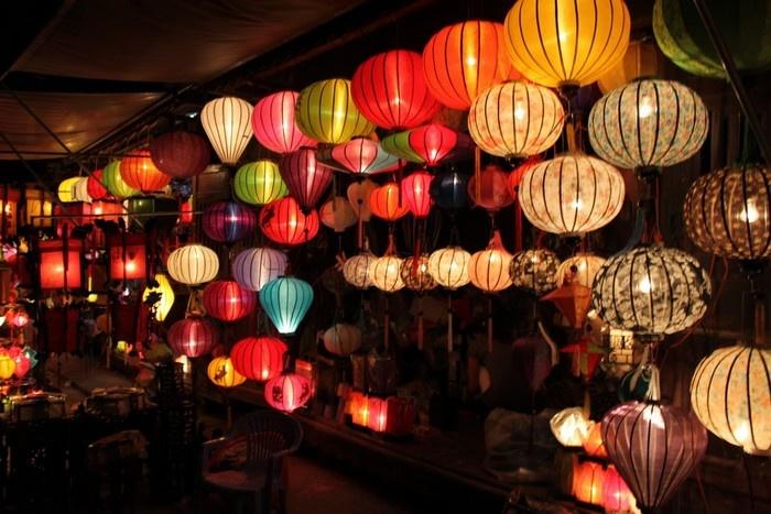 Những cửa hàng bán lồng đèn sáng rực góc phố