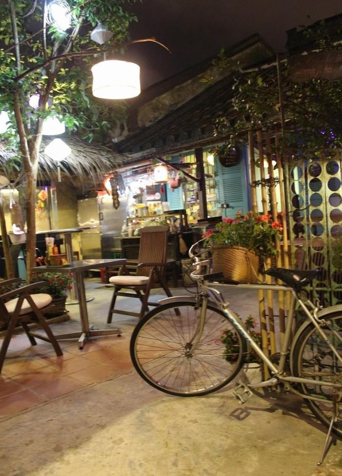 Những quán ăn nhỏ trong hẻm cũng được trang trí lồng đèn
