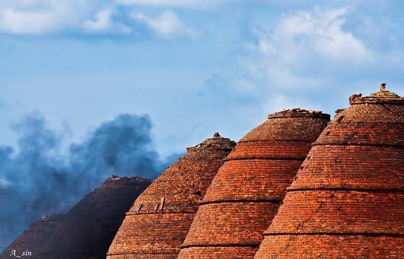 Những lò gạch Đức Thành đỏ au in lên nền trời xanh biếc những khối hình duyên dáng
