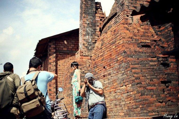 Nhiều khách phương xa tìm đến lò gạch cổ để săn những shot ảnh độc đáo