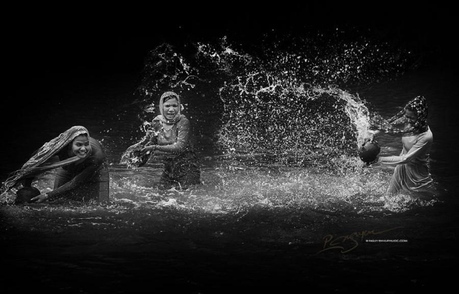 Sống giữa miền đất khô hạn, những cô gái Chăm vẫn có thể tạm quên đi nhọc nhằn nhờ trò té nước giản đơn mà đầy ắp tiếng cười