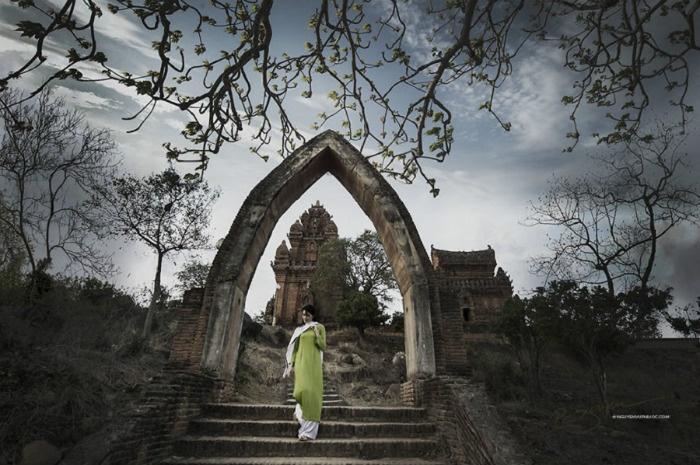 Thiếu nữ thướt tha trong tà áo dài đang rảo bước trước Po Klong Garai, khu di tích Chămpa cổ vốn nằm gần công quốc Chăm thời trung cổ.