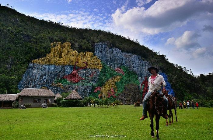 Công viên tiền sử thu hút nhiều khách du lịch đến tham quan