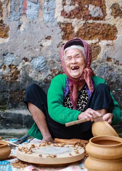 Để có đất thích hợp, dân làng phải vượt cả quãng đường dài 7-10 km xuống xã Nghi Văn, Nghi Lộc hoặc lên tận Sơn Thành, Yên Thành để lấy.