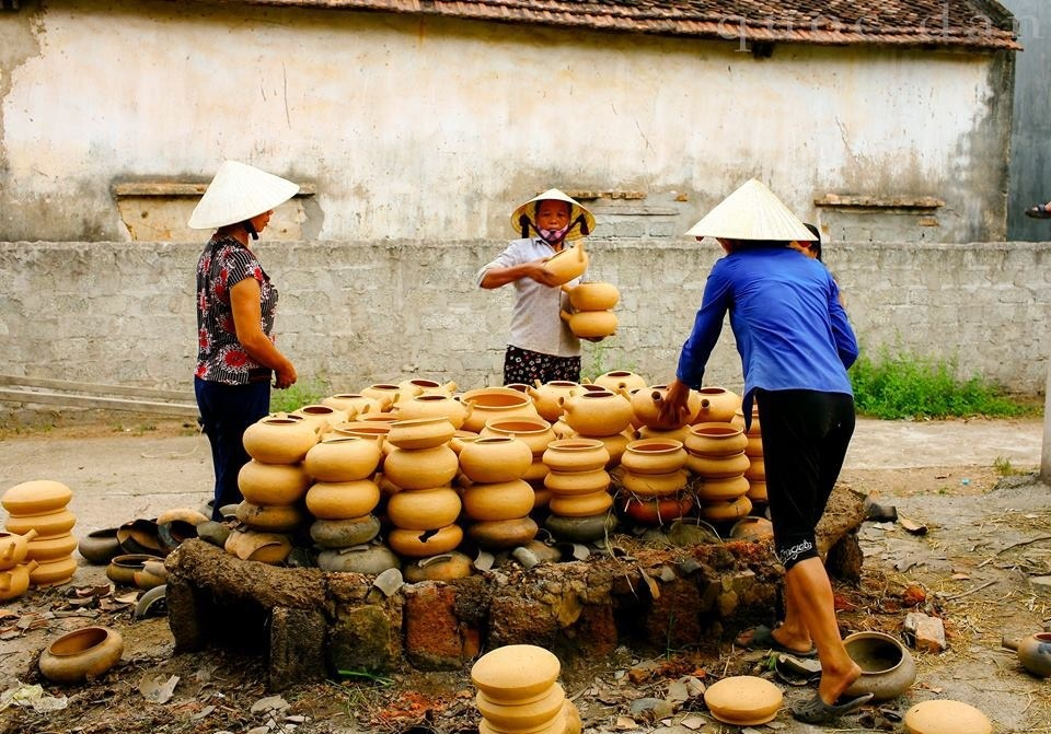 Một mẻ nung, khoảng 250 - 300 chiếc được xếp vào trong lò hình tam giác xây bằng đá ong, bên ngoài phủ một lớp rơm để giữ nhiệt. Gốm được đun bằng lá thông từ 4 đến 5 tiếng liên tục sẽ hoàn thành.