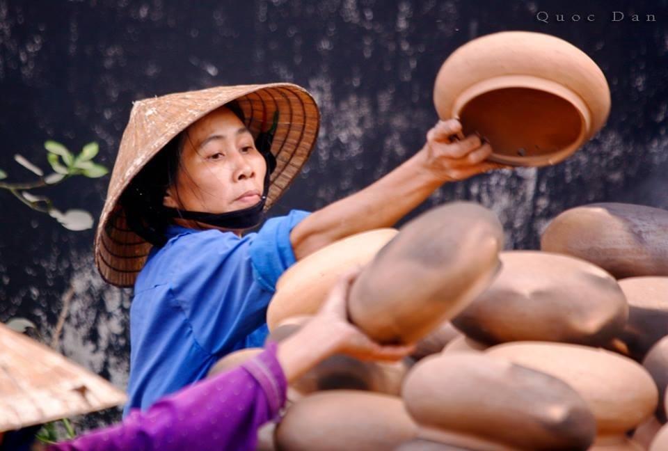 Không cầu kỳ, tinh xảo như gốm sứ Bát Tràng hay Hội An thường được làm vật trang trí trong cung đình, gốm Trù Sơn lại phổ biến trong đời sống hàng ngày với các sản phẩm như nồi, siêu.
