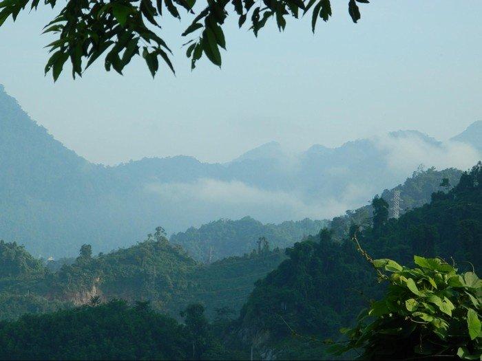 Núi non, rừng rậm trùng điệp huyền ảo cùng làn sương quanh khu vực hồ thủy điện