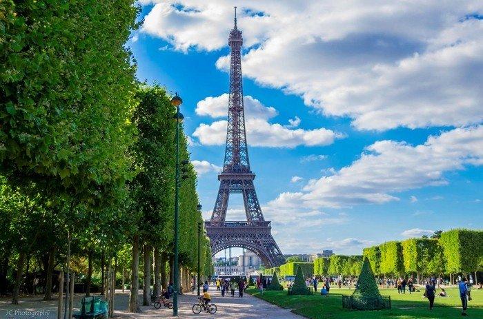 Tháp Eiffel biểu tượng của nước Pháp và Paris nói riêng
