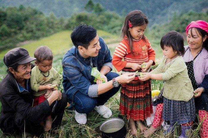 MC Nguyên Khang trong một chuyến Phượt từ thiện