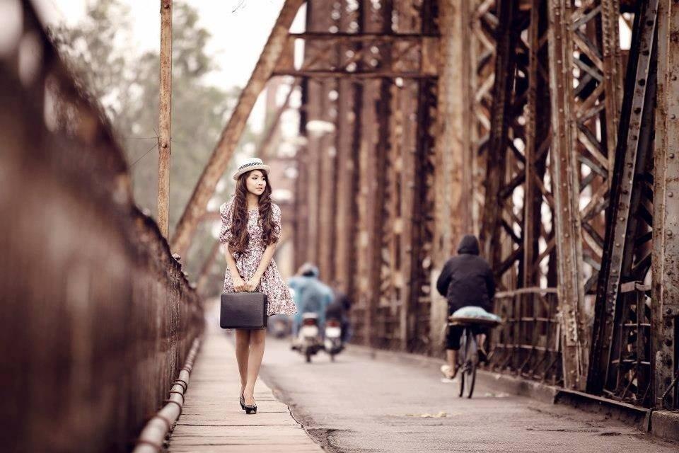 Cầu Long Biên được xem là địa điểm chụp hình yêu thích của giới trẻ