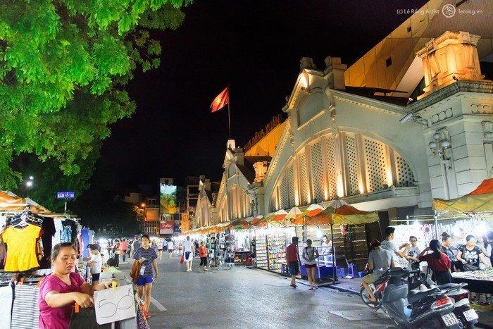 Khung cảnh buôn bán ở chợ Đồng Xuân vào ban đêm