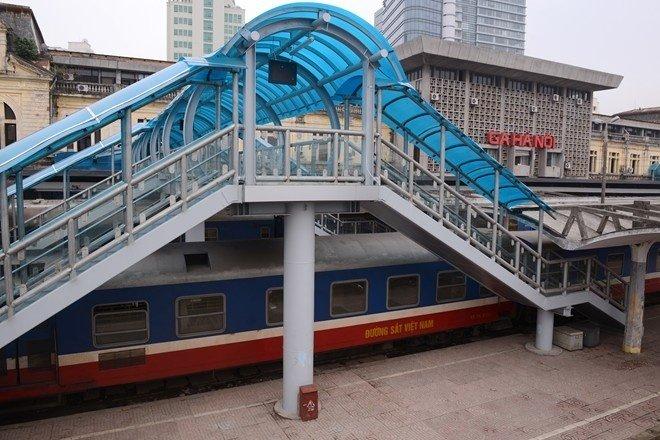 Cầu vượt đi bộ trong ga Hà Nội