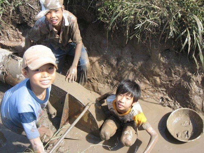 Lũ trẻ cũng nhiệt tình tham gia bắt cá
