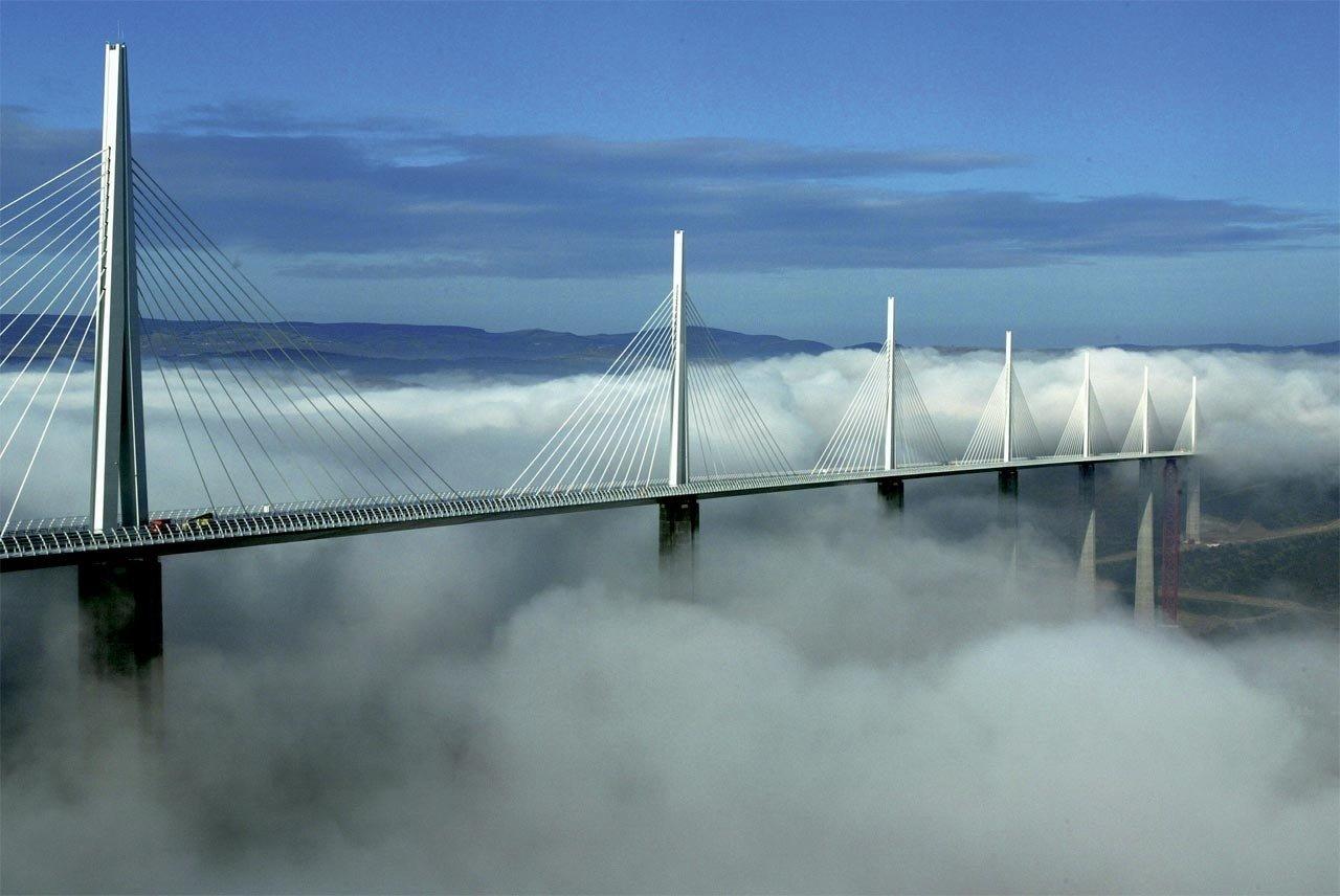 Cây cầu chìm trong biển mây