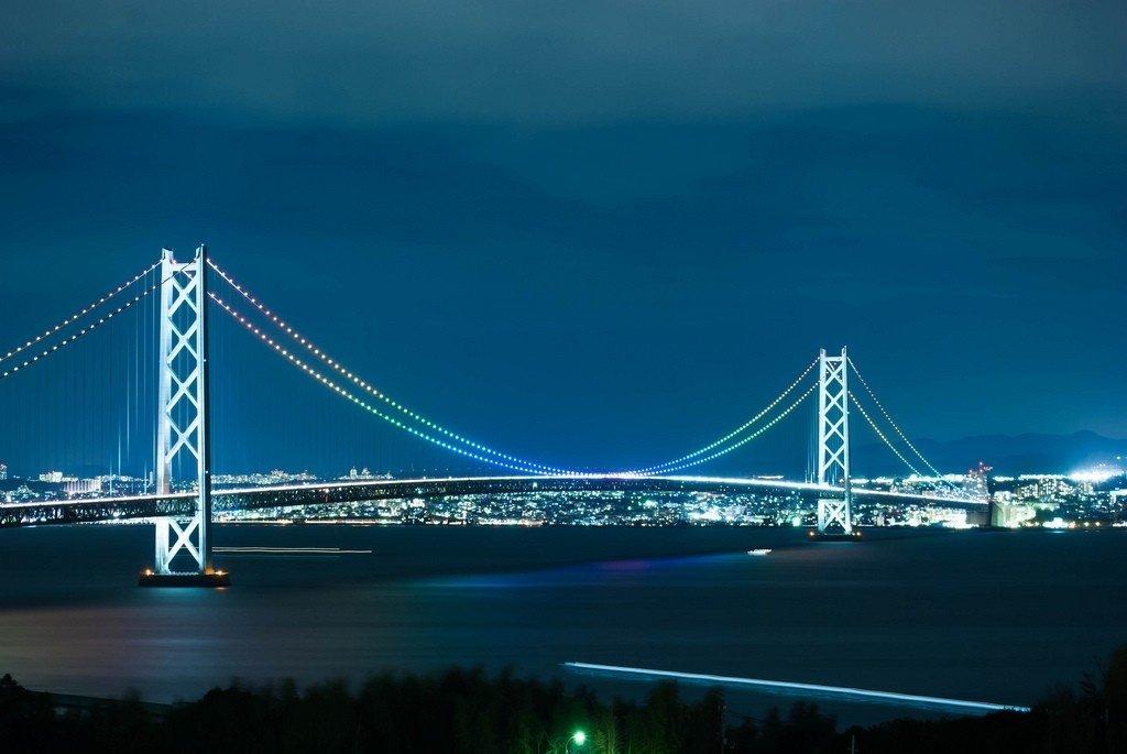 Cầu Akashi nổi bật trong đêm