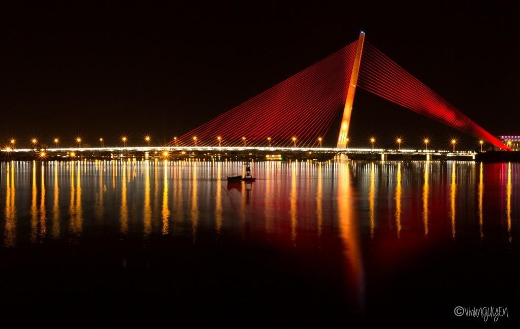 Muôn màu sắc của chiếc cầu tỏa xuống dòng sông lấp lánh
