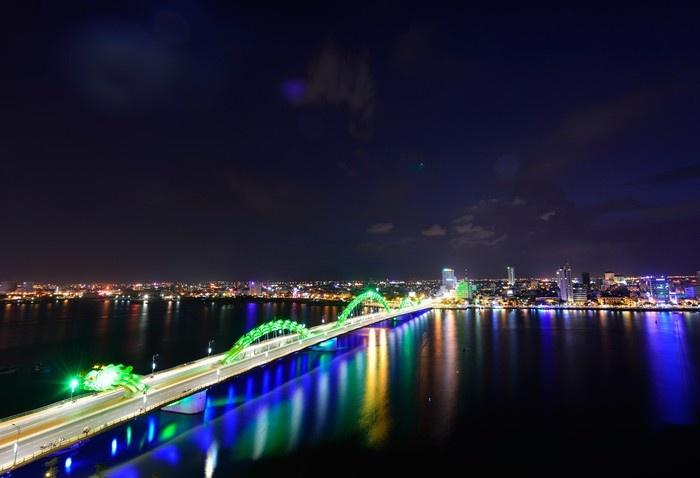 Cầu Rồng đổi màu theo ánh đèn Led
