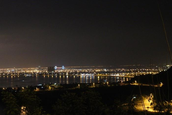 Cây cầu nổi bật khi nhìn từ chùa Linh Ứng