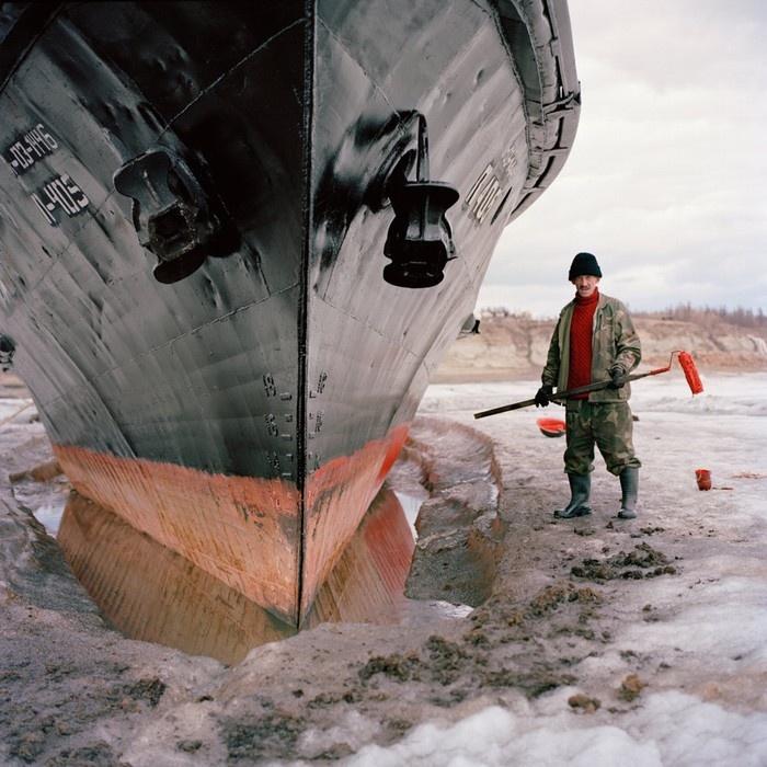 Cùng với con thuyền bị đóng băng trên sông Lena ở Zhigansk, thủy thủ Vladimir Egorevich Kuchev đang tận dụng thời gian để sơn mới cho thuyền.