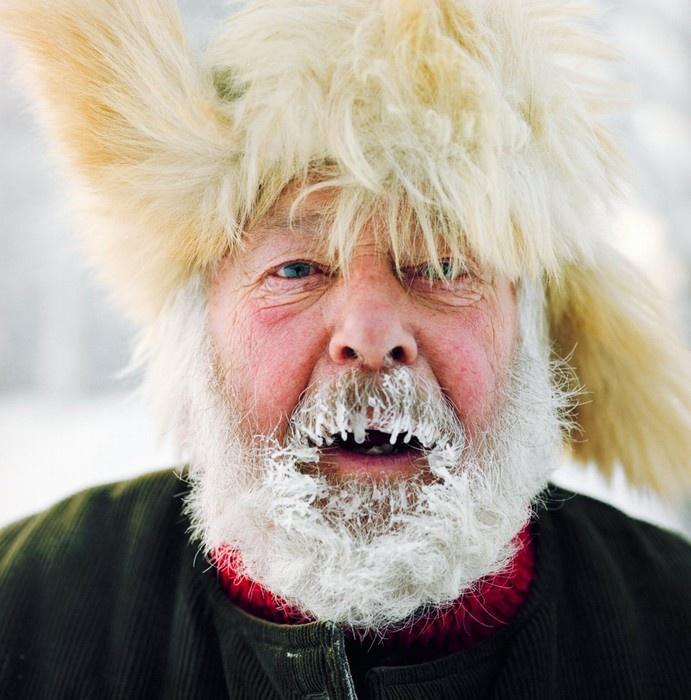 Ông bán rất nhiều sản vật của núi rừng ở khu chợ mùa đông tại Jokkmokk, Thụy Điển.
