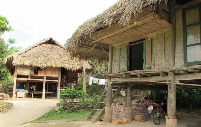 Gầm sàn là nơi chứa vật dụng hoặc chăn nuôi gia súc, gia cầm