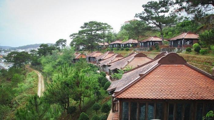 Là khu nghỉ dưỡng cao cấp của Đà Lạt, làng biệt thự Osaka Village Đà Lạt Resort lựa chọn cho mình lối kiến trúc kiểu nhà Rường Huế sang trọng nhưng ấm cúng, mang đến cho du khách một cảm giác rất đỗi bình yên. - Ảnh: sưu tầm