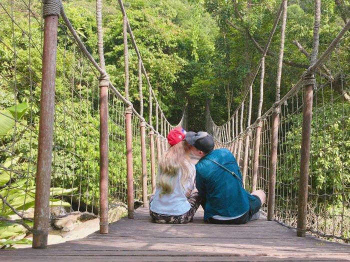 Chuyện tình mình trên cây cầu gỗ - Ảnh: @sonntien
