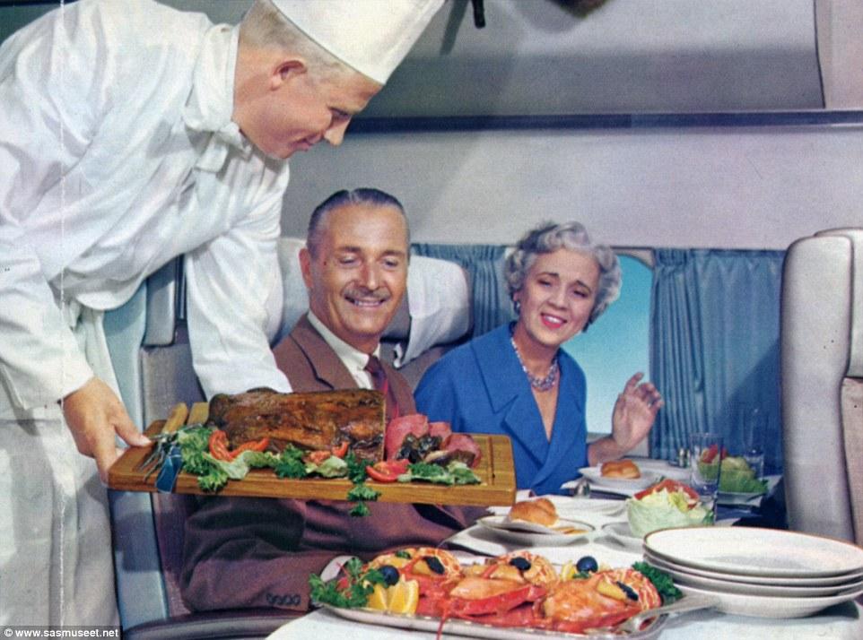 Hai khách giàu có đang chọn từng lát thịt ngon mắt bày trên khay thức ăn vào những năm 1950.