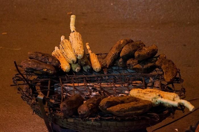 Bắp và khoai nướng là món không thể thiếu của chợ đêm Đà Lạt