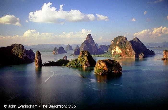 Vịnh Phang Nga là vịnh biển nông với hệ thống 42 đảo lớn nhỏ