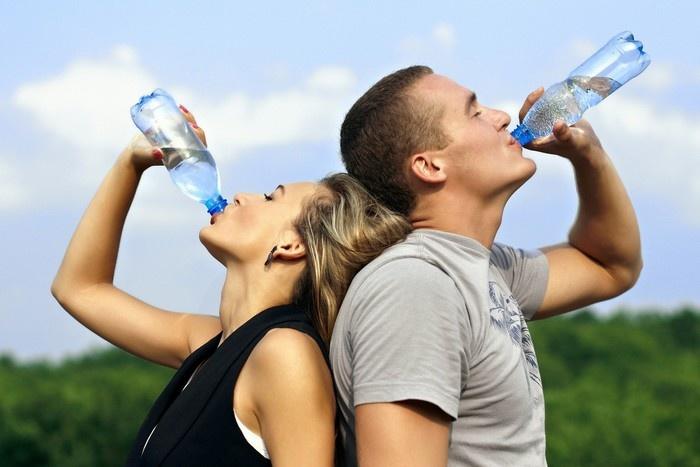 Uống nước đầy đủ trước và trong khi lên máy bay