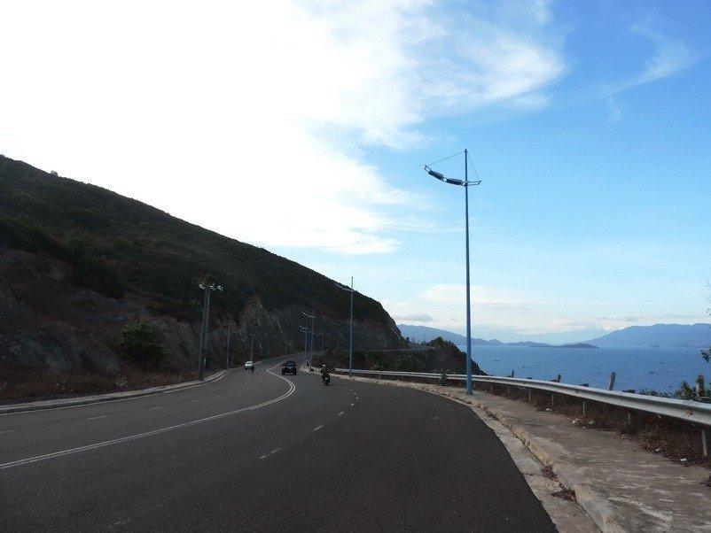 Con đường ôm lấy biển và đồi núi dẫn lối ra cảng Vĩnh Lương