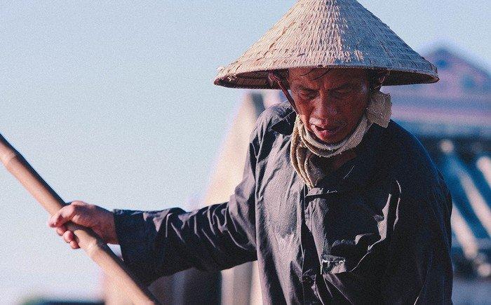 Hầu hết người còn làm nghề muối hiện là người già, phụ nữ, trẻ em. Nước da rám nắng, lúc nào cũng lấm lem mồ hôi là hình ảnh thường thấy trên khuôn mặt họ