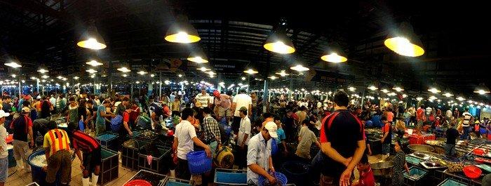Nằm trên đường Nguyễn Văn Linh, thuộc khu phố 6, phường 7, quận 8, Bình Điền là chợ đầu mối cung cấp hoa củ quả và thủy hải sản lớn nhất miền Nam.