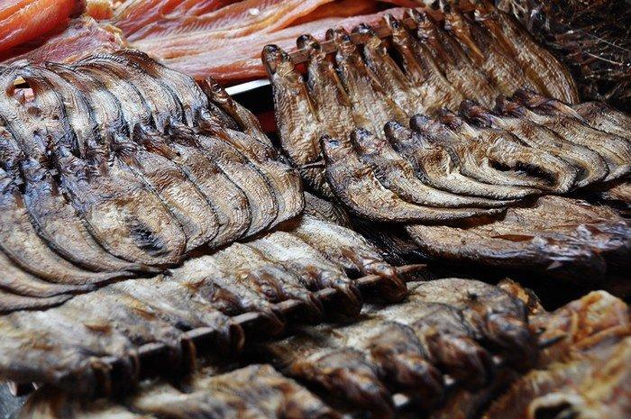 Nhiều nhất là các loại khô mà đặc sản nổi bật nhất là món khô cá trèn. Đây là loại khô độc nhất có hương vị đặc trưng của chợ Cam.