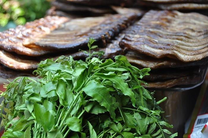 Chợ cũng bán cả lá sầu đâu dành để trộn khô. Gỏi khô trèn sầu đâu cũng là món ăn đặc sản của người Campuchia.